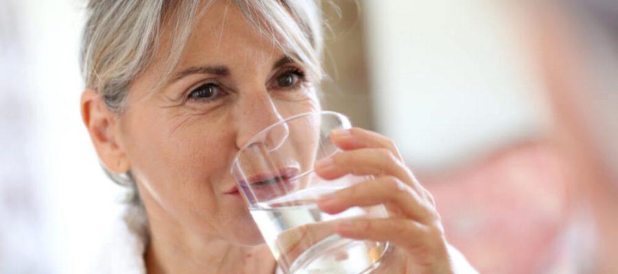 Norintiems sulieknėti rekomenduoja gerti vėsų vandenį