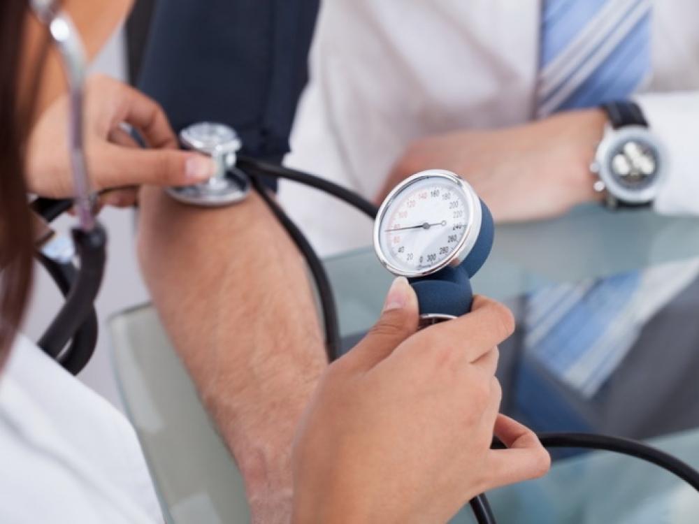 hipertenzija skirtingas spaudimas rankoms)